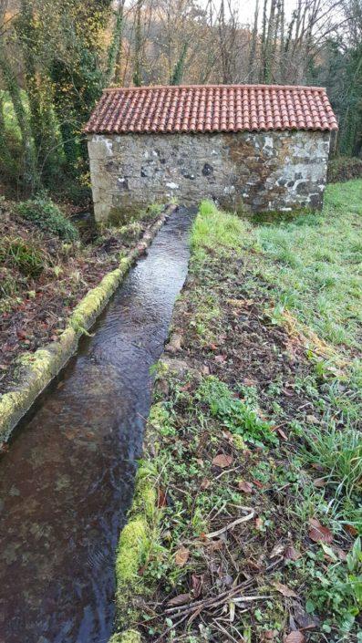Río Santa Lucía muíño de Albura coa súa canle. Muíño que aínda está en uso
