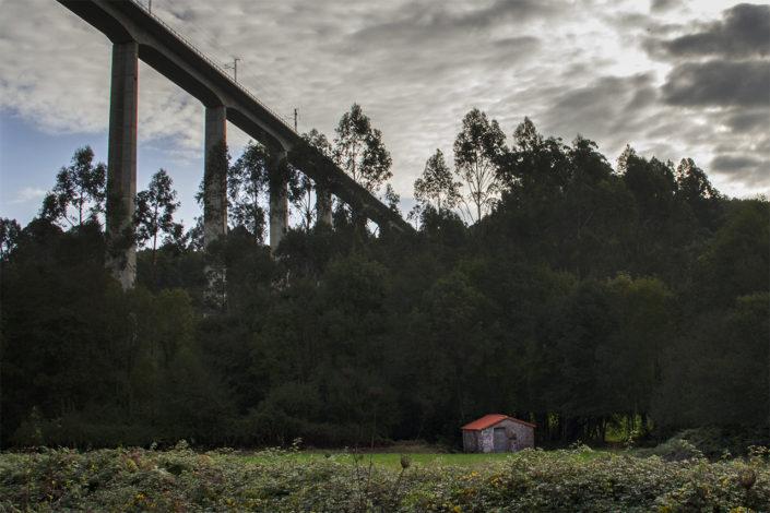 Molino de Albura en el río Santa Lucía bajo el viaduto de O Eixo