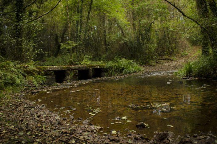 Pontella de pedra e vao para o paso de carros no río Santa Lucía ao pe do castro de Vixoi