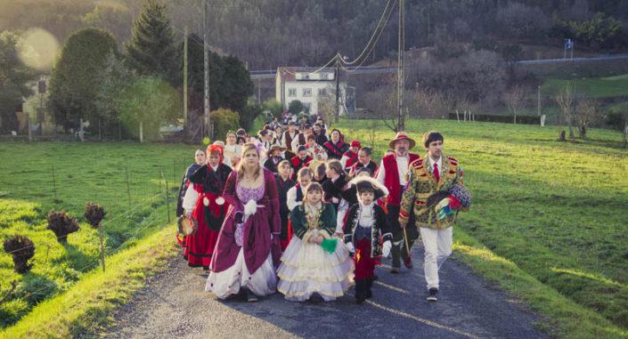 Tropa dos Xenerais da Ulla recorrendo a parroquia para dar vivas á veciñanza